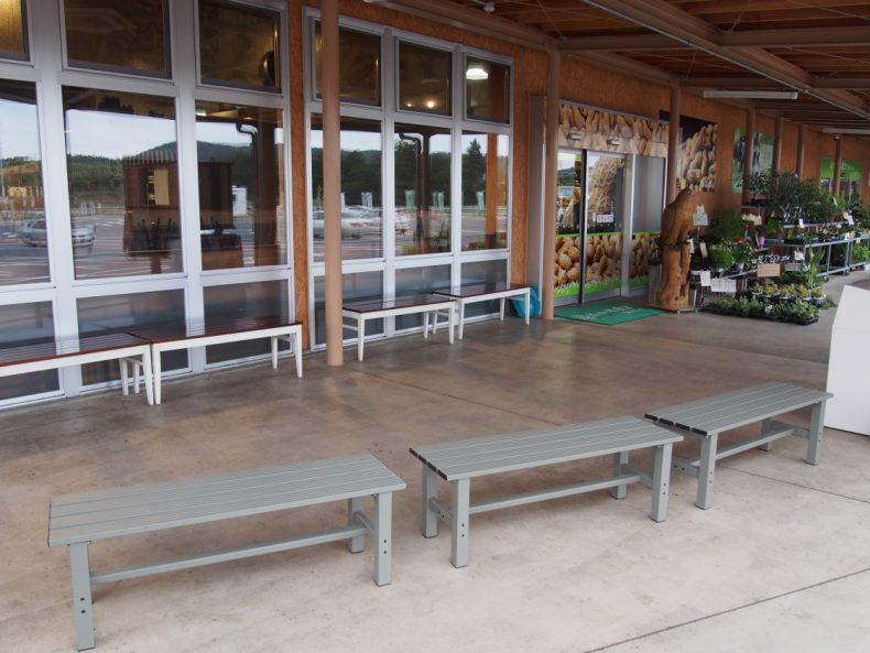 木更津 うまくたの里の休憩所のベンチ