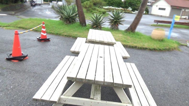 道の駅きょなん 屋外のベンチとテーブル